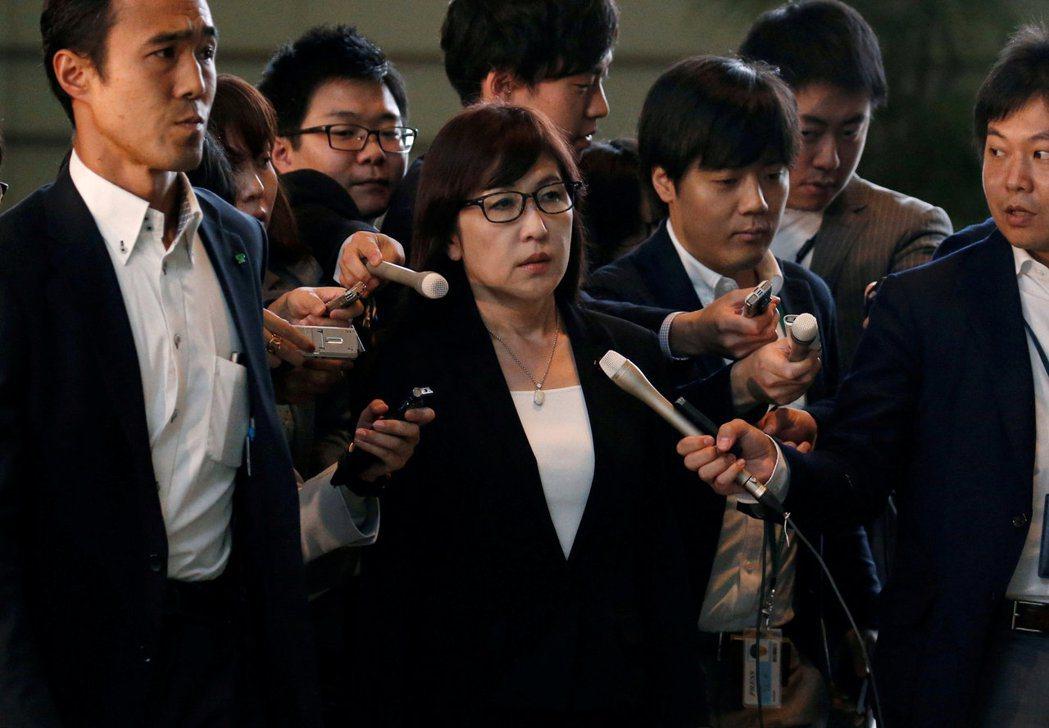 稻田朋美不當的發言,連黨內幹部都紛紛表示不滿,首相安倍也趕忙出面道歉。 圖/...