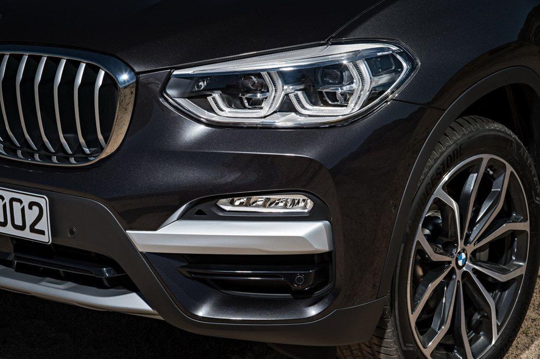 新X3在前保兩側分別嵌入冰川銀飾條。 摘自BMW