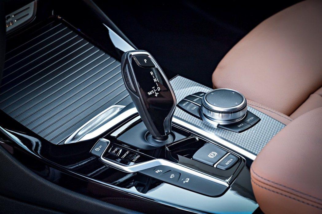 X3 M40i配置3.0升TwinPower六缸渦輪增壓引擎,搭配8速Sport...