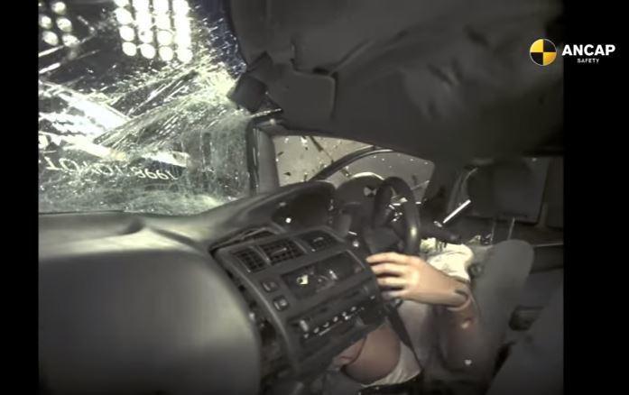 無輔助氣囊的車款在遭受撞擊時,所有的內裝零件將成為重創乘員的武器。 摘自 Youtube