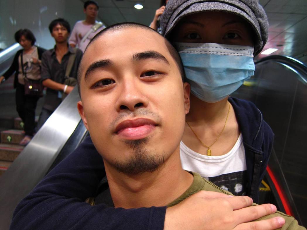 「讓我實現愛」,這張照片獲得捕捉希望第三屆(2010年)病患親友組第一名作品。 ...