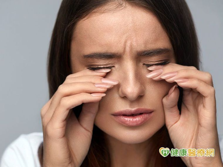風沙入眼千萬不可揉眼睛,也不要將眼睛緊閉,以免造成角膜受傷破皮。
