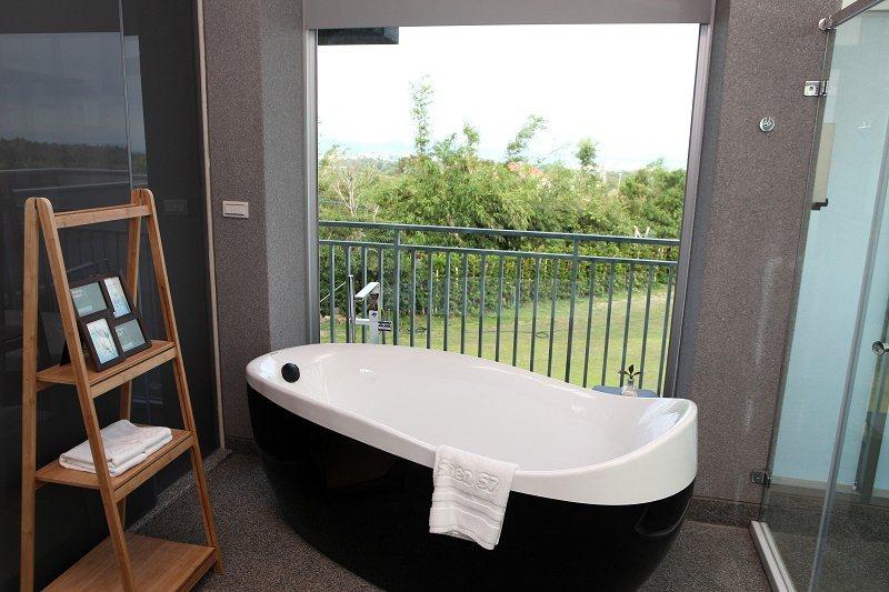 時尚館的浴室配備德國Bravat浴缸,並有落地窗可供賞景