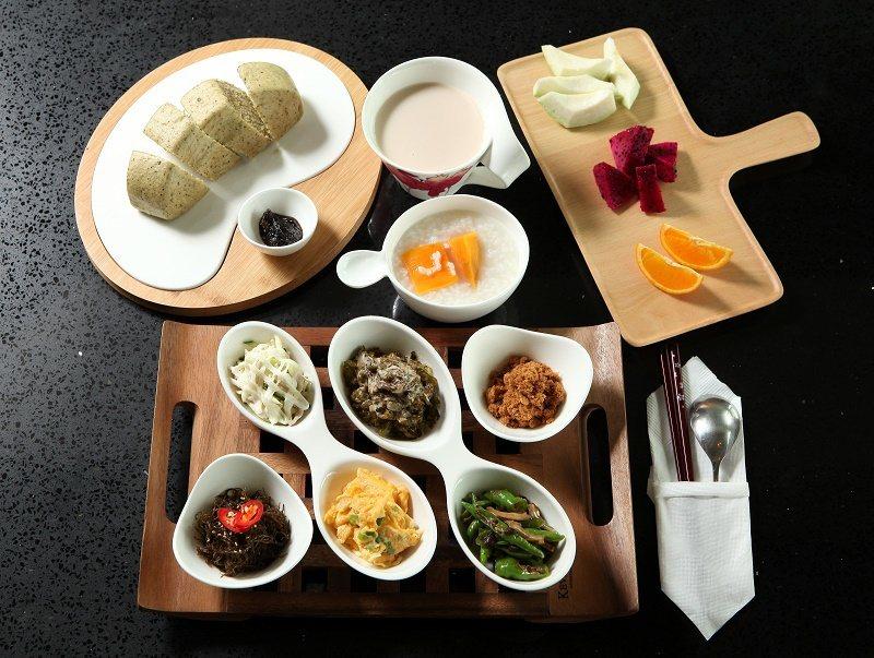中式早餐,除了地瓜稀飯和饅頭,還有以在地食材入菜的配菜