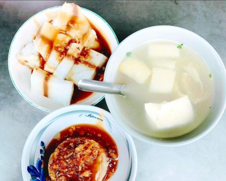 九層粿顧名思義就是在粿本身有許多棕色的橫條分層,而這一條一條的棕色分層其實就是醬...