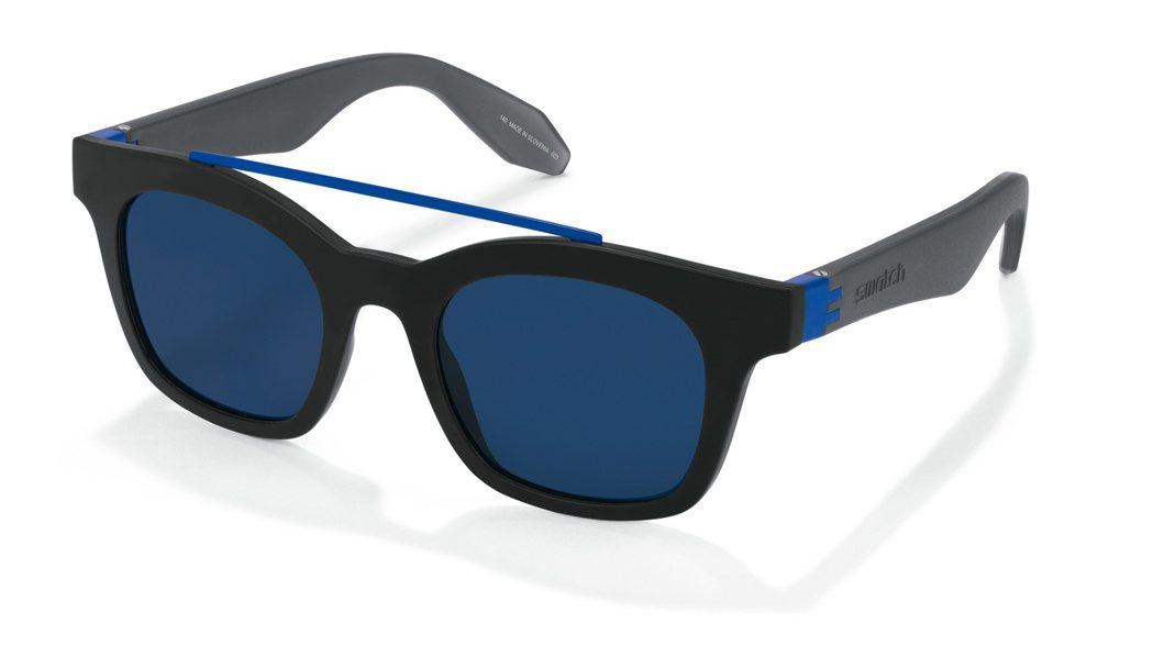 SWATCH佛瑞德太陽眼鏡,方框設計,再以海軍藍在鏡側和鼻樑上點綴,約2,050...