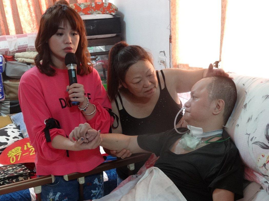 歌手朱海君疼惜植物人家庭,盼透過歌聲讓愛無限轉動。記者謝梅芬/翻攝