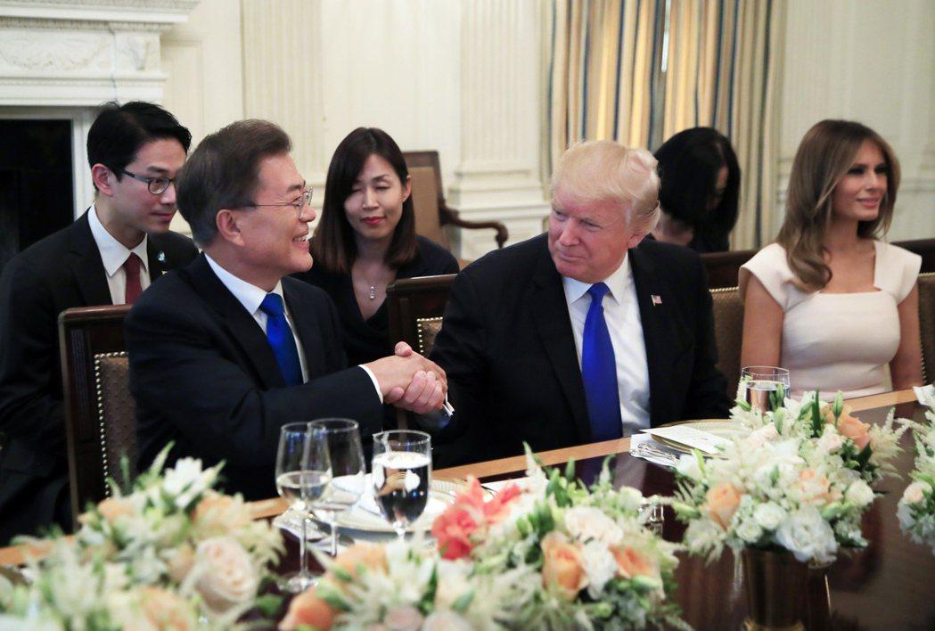 美國總統川普29日晚間與南韓總統文在寅共進晚餐,川普道賀文在寅當選,文在寅則開玩...