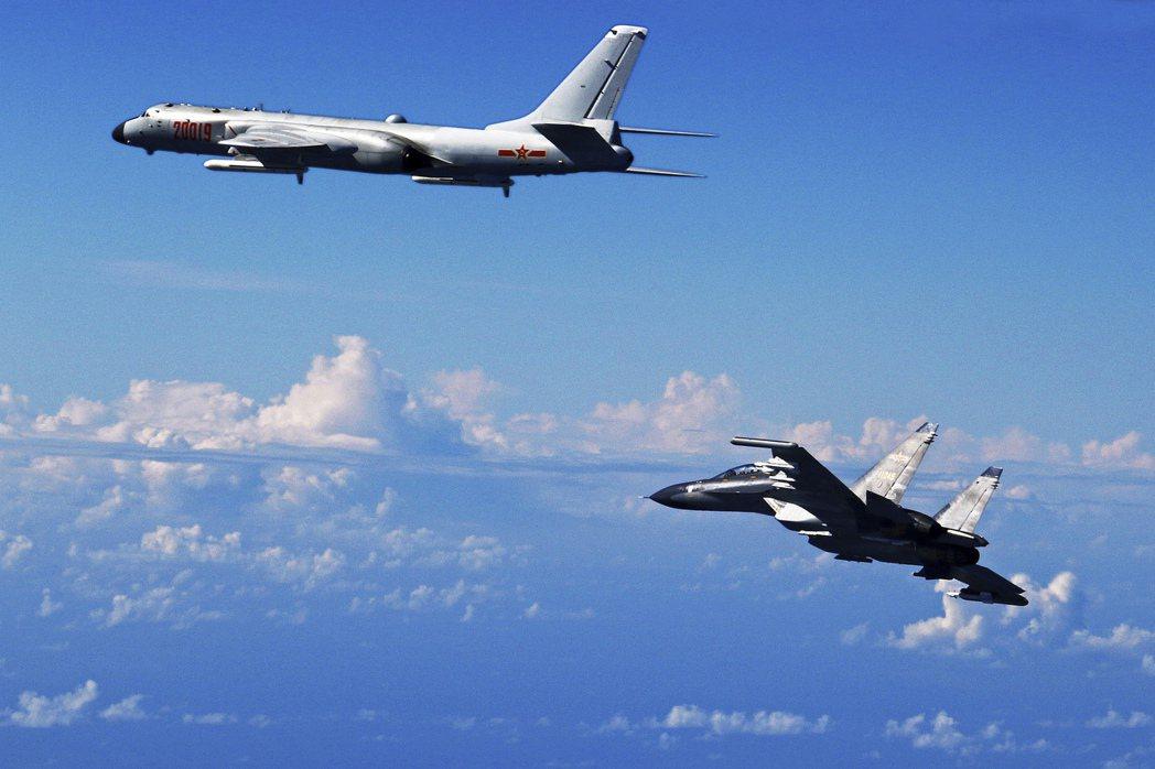 圖為解放軍蘇愷30戰機(右)與轟6K轟炸機在東海演習。美聯社