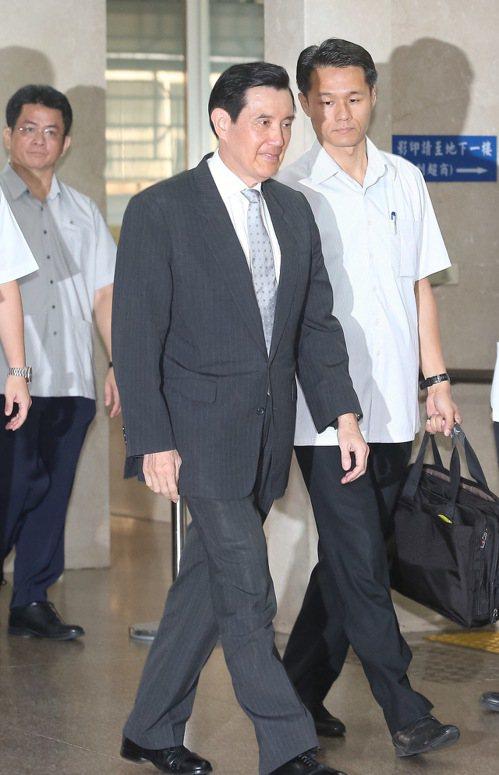 台北地方法院今天再度審理前總統馬英九(中)洩密案。記者余承翰/攝影
