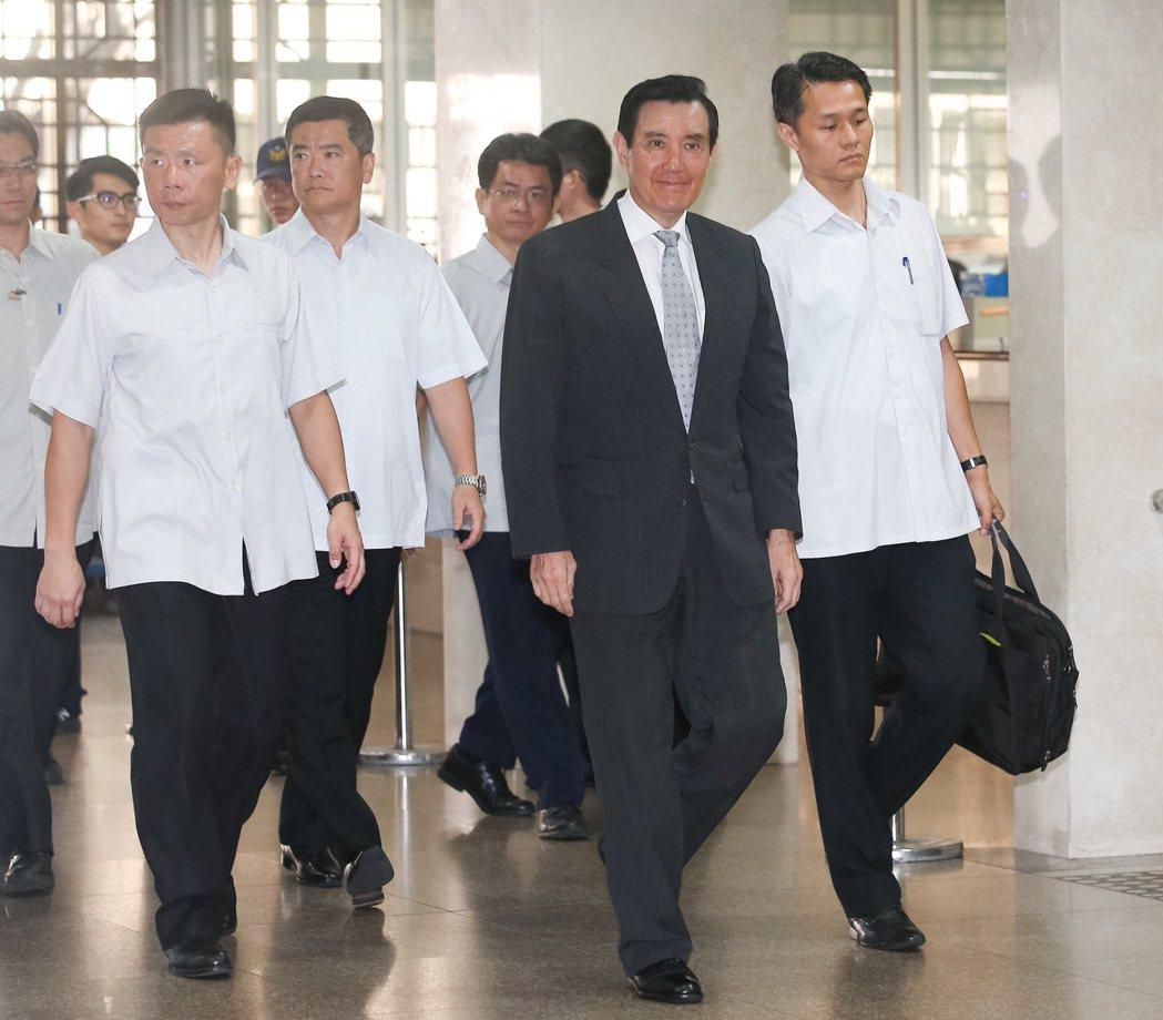 台北地方法院今天再度審理前總統馬英九(右二)洩密案。記者余承翰/攝影