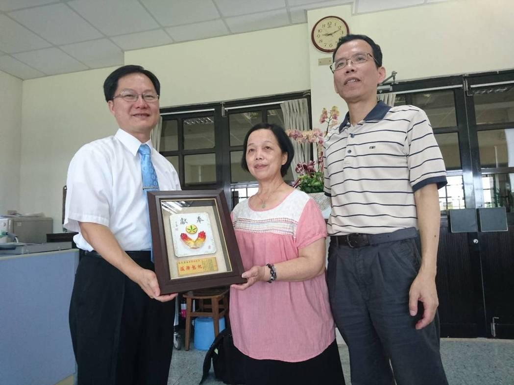 蘭陽女中工友吳月霞(中)工作年資長達51年,今年要榮退了。記者羅建旺/攝影