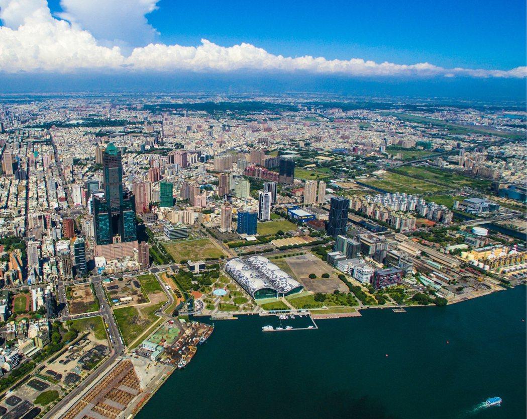 高雄港營運重心已逐漸向南擴張,舊港區轉型,進一步與親水、遊憩及觀光結合,成為高雄...