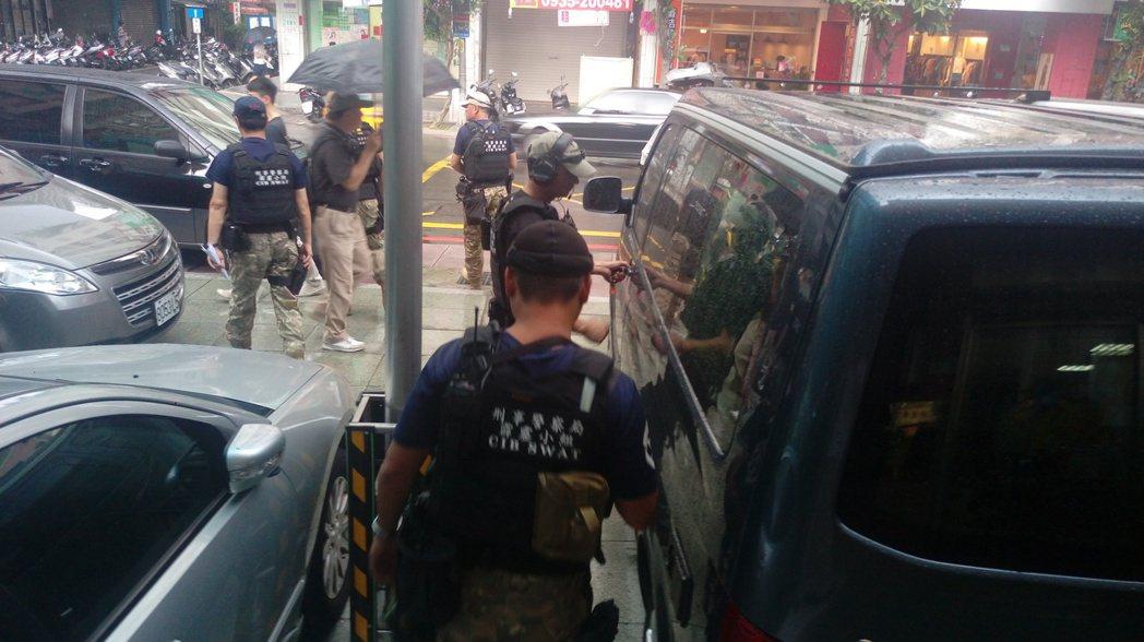 新北市永和警分局偵查隊請刑事局霹靂小組支援共同追緝擁槍自重治平對象,今天凌晨在新...