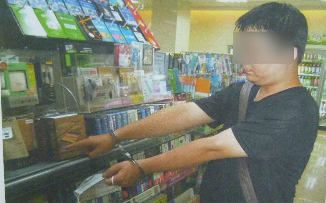 李男為了報復服務態度不好的店員,竟跑到超商行竊,再把贓物棄置他處。記者陳宏睿/翻...