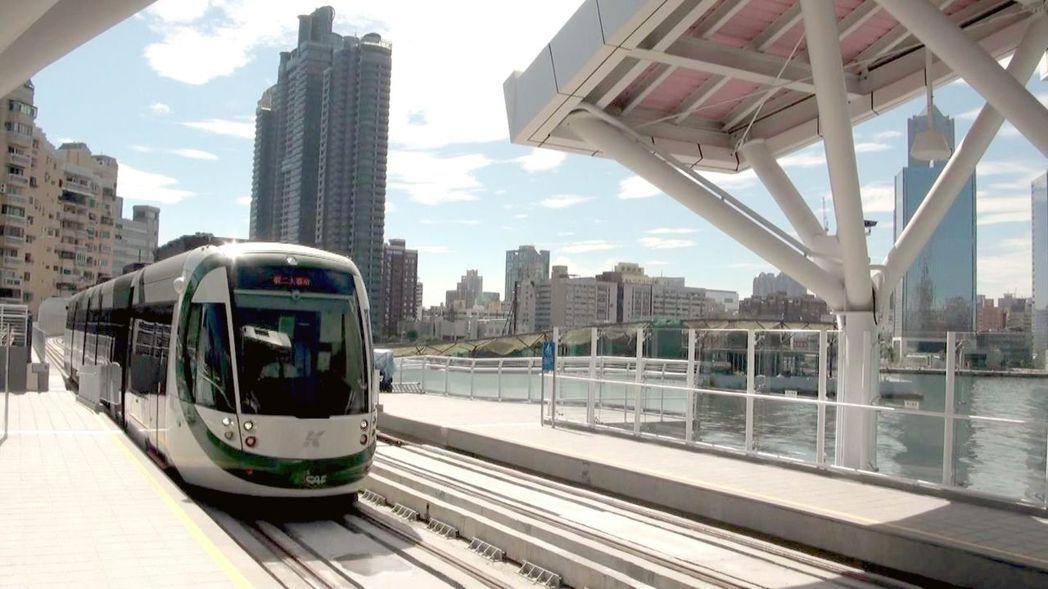 高雄輕軌列車開進全線唯一的高架車站真愛碼頭站,右邊就是愛河入高雄港的水域。記者楊...