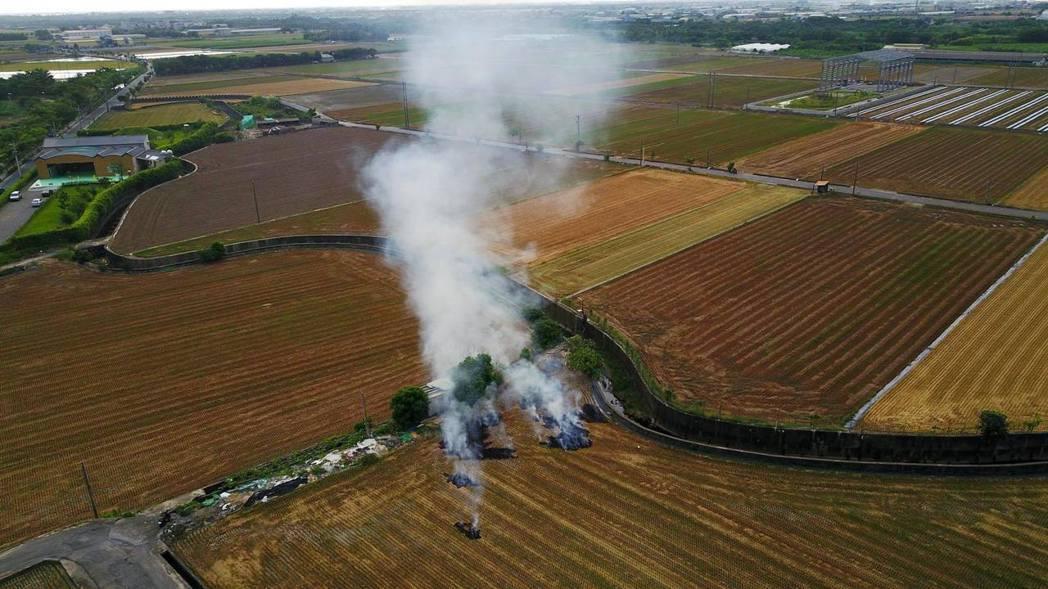 一期稻作收割後,部分農民仍停留在燒稻草的耕作習慣,不僅不利於田地,也汙染空氣。圖...