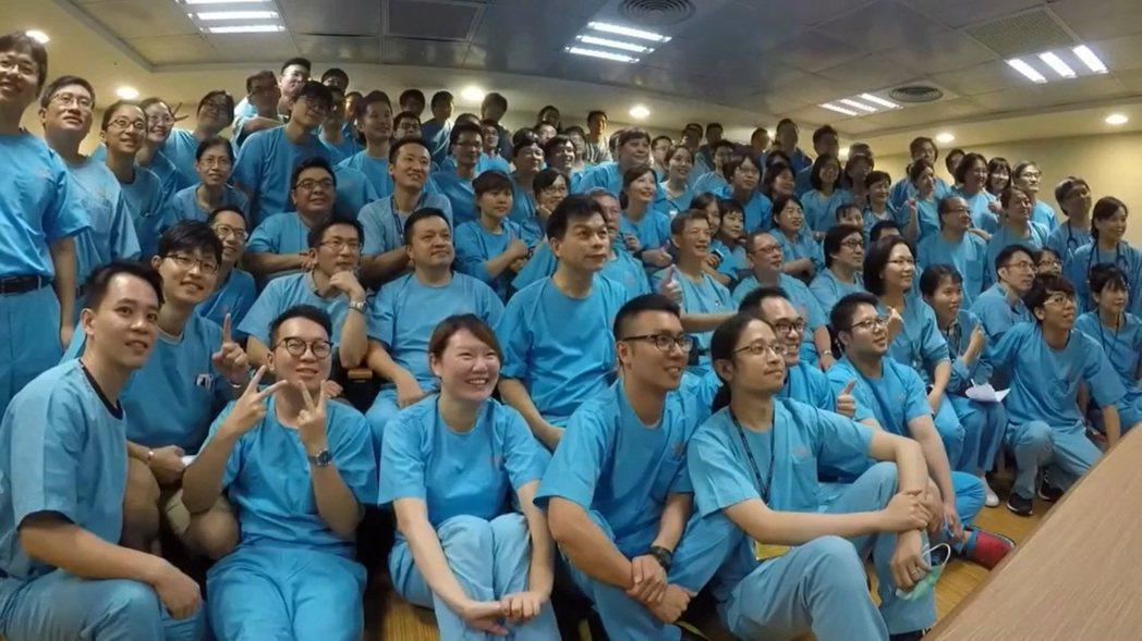 長庚急診醫護人員趁會議時,集合拍下「畢業照」,並做成小影片。 圖/擷取自影片