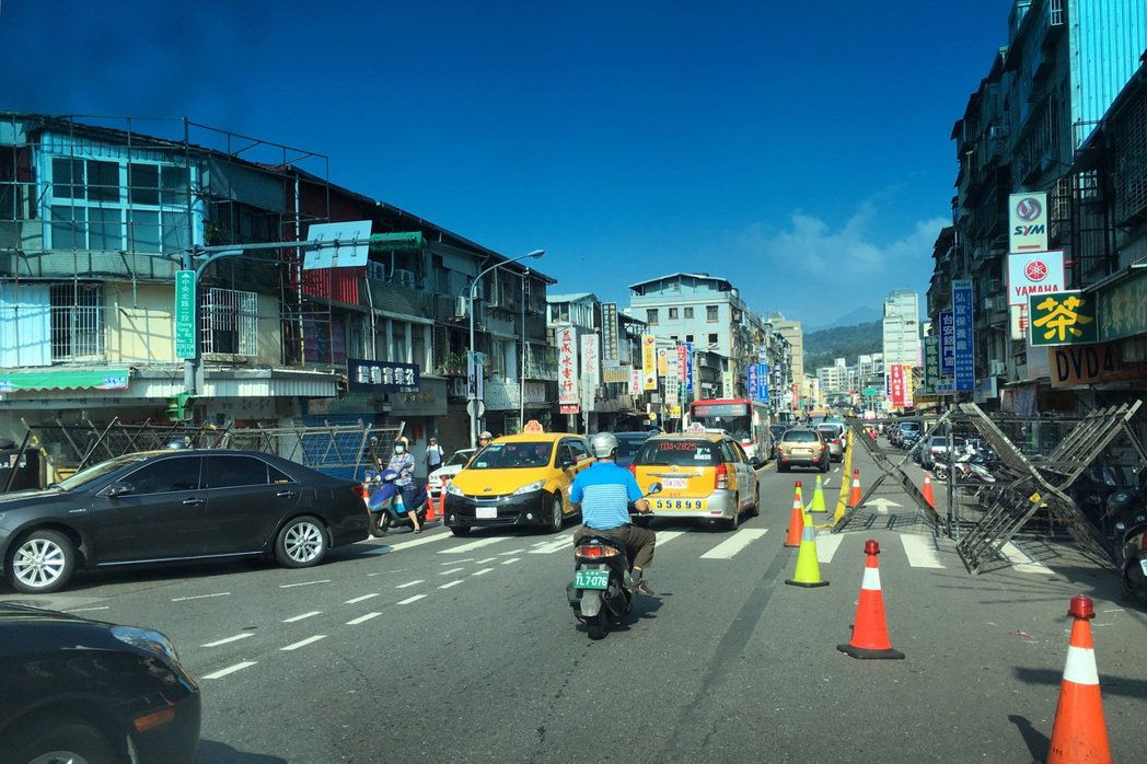 蔡英文總統出席活動,北投地區交管造成車潮回堵,讓用路人罵聲連連。記者蘇健忠/攝影