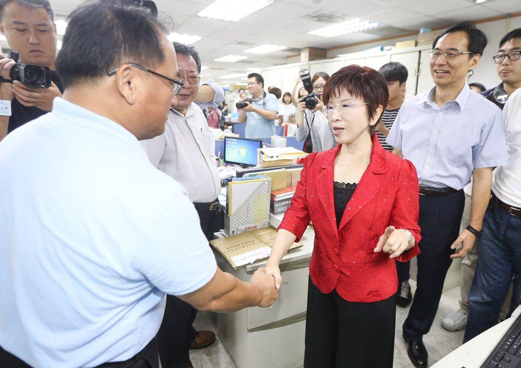 洪秀柱(右二)卸任國民黨黨主席,今天前往黨部向同仁辭行。記者黃威彬/攝影