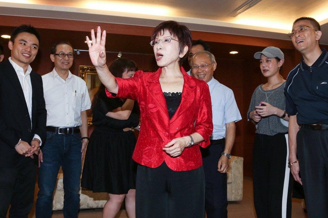 洪秀柱(中)卸任國民黨黨主席,今天前往黨部向同仁辭行。記者黃威彬/攝影