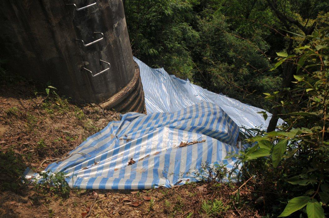 電塔下方土石崩塌,目前已用帆布整個蓋住,避免大雨再崩塌。記者游明煌/攝影