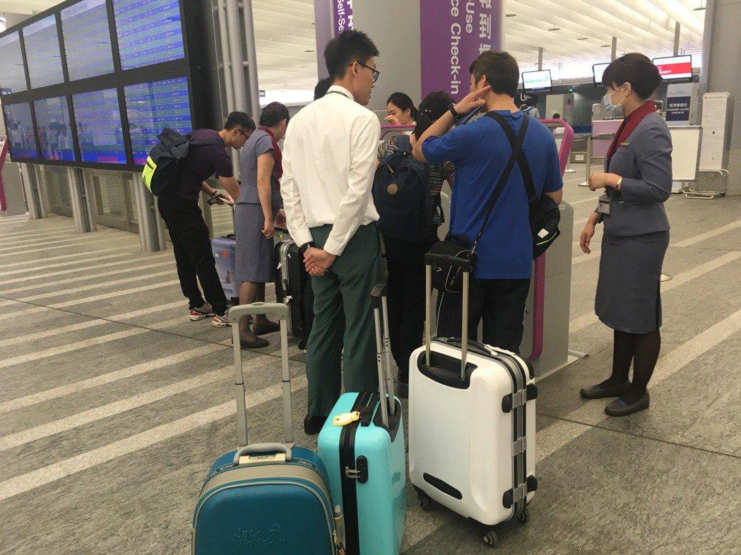 桃園機場公司提醒行動電源必須隨身攜帶,不得托運。記者雷光涵/攝影