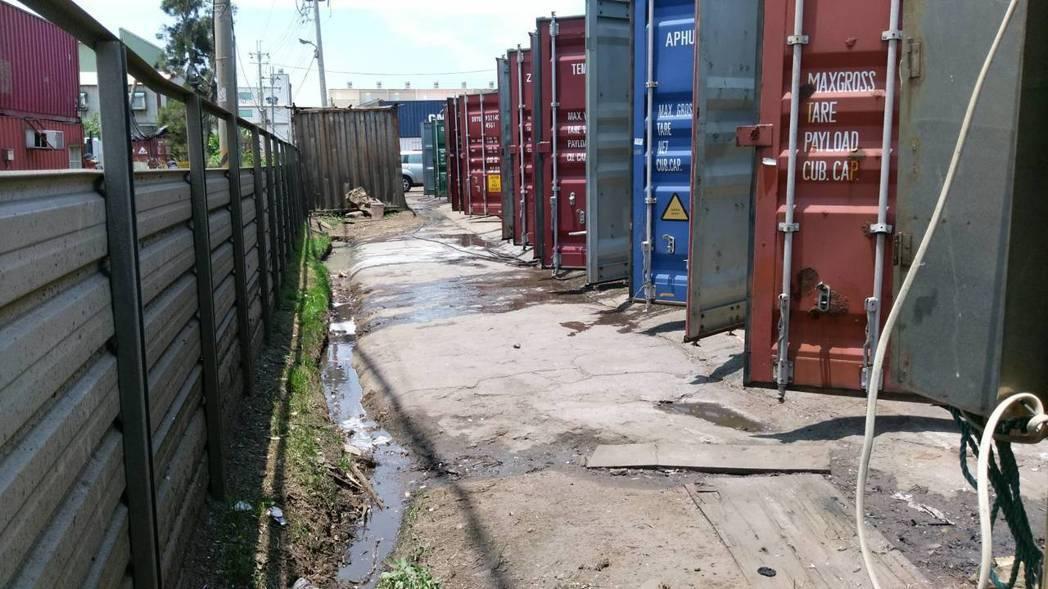 聯合稽查當場查獲繞流排放清洗貨櫃廢水行為。環保署提供