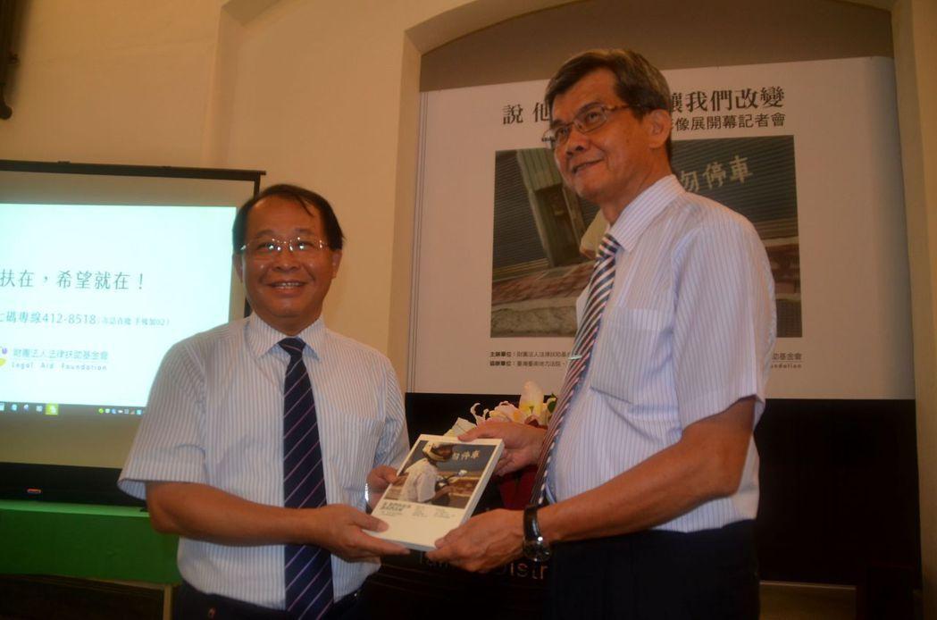 法扶會台南分會長張文嘉(左)致贈書給台南地方法院長莊崑山。記者邵心杰/攝影
