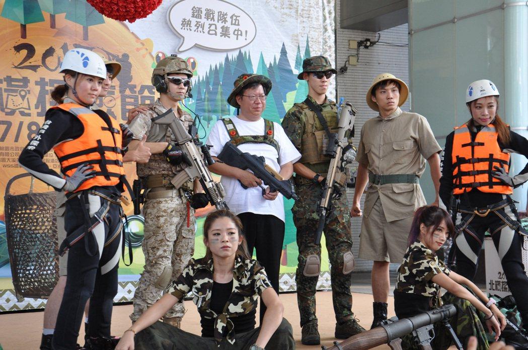 桃園市長鄭文燦(中)今天穿上鐳戰裝替北橫探險節宣傳。記者張裕珍/攝影