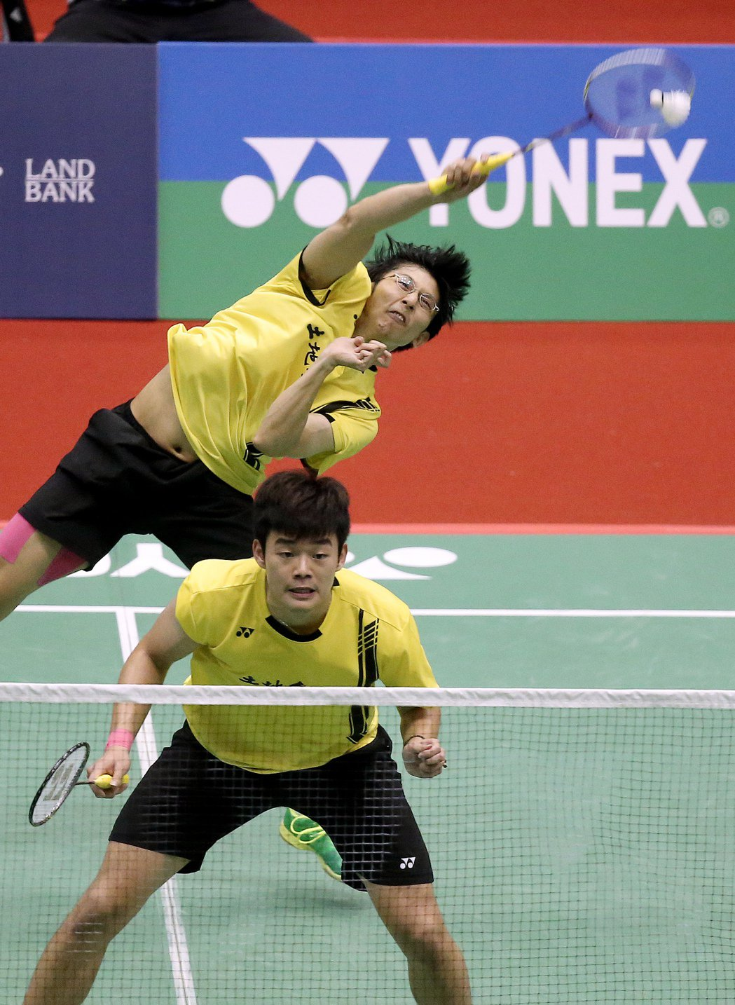 我國好手陳宏麟(後)與王齊麟(前)在男子雙打中獲勝晉級準決賽。記者余承翰/攝影