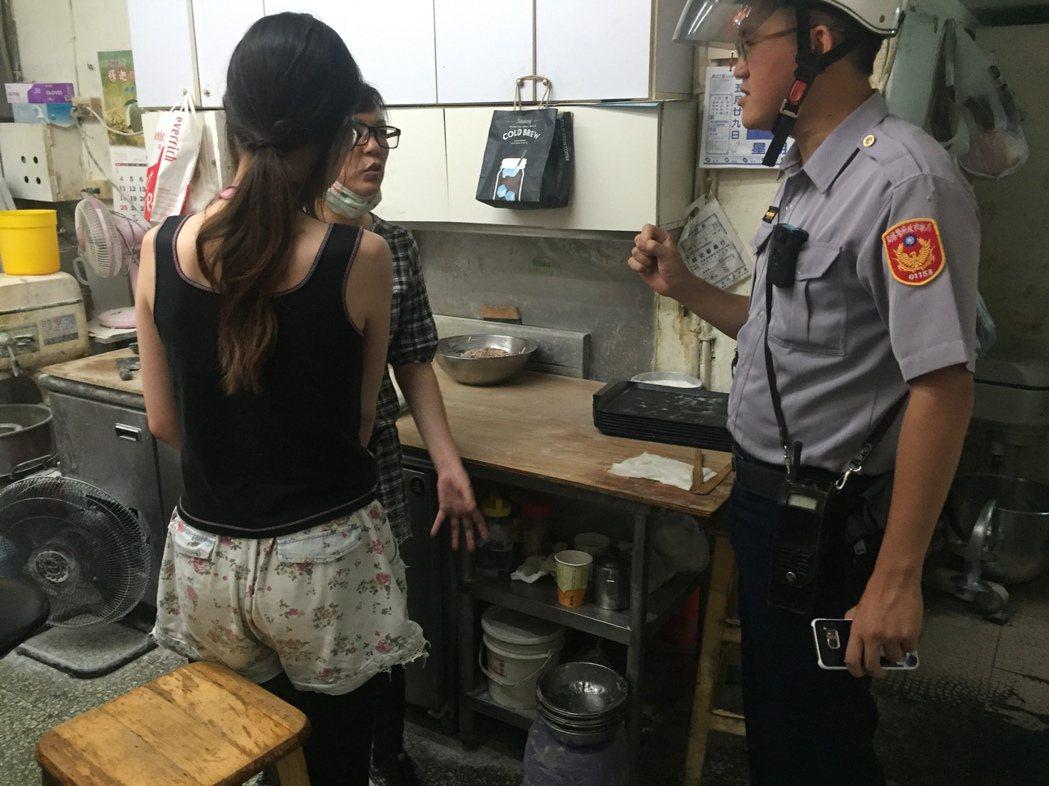 黃女(右穿背心者)涉嫌偷早餐,店家報警查辦她。記者林保光/翻攝