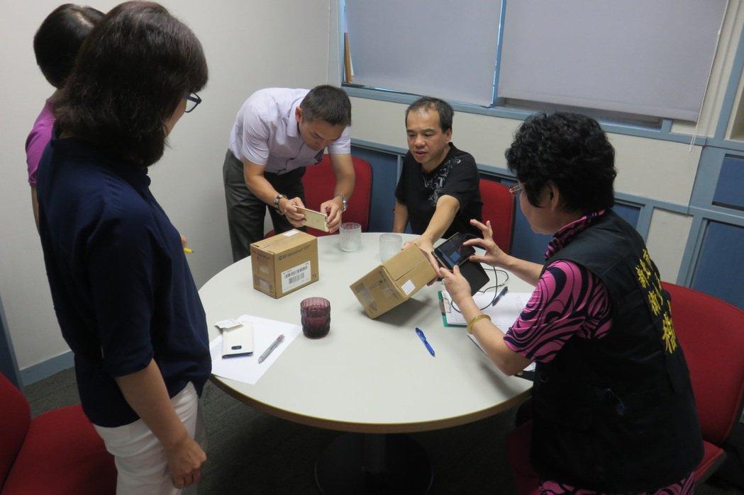 新北市衛生局查核「血液樣本收集設備」套組情形。圖/新北市衛生局提供