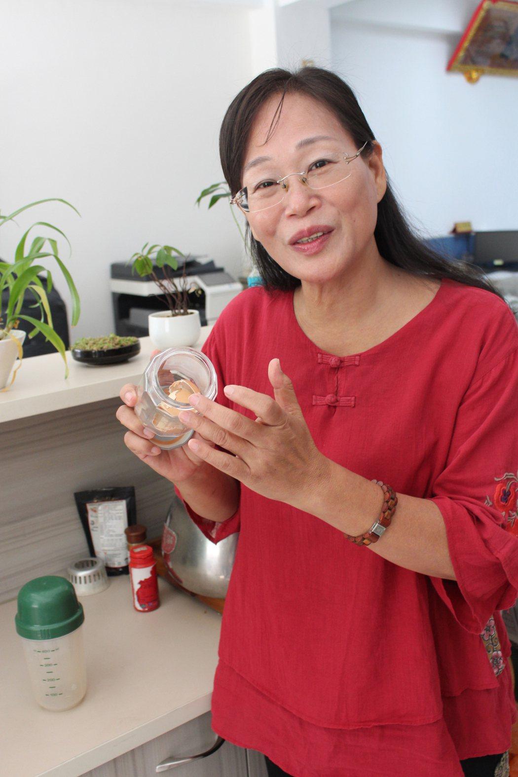 為減少垃圾量,雲林縣斗六市長謝淑亞不使用一次性的容器,並將蛋殼帶回家當堆肥。記者...