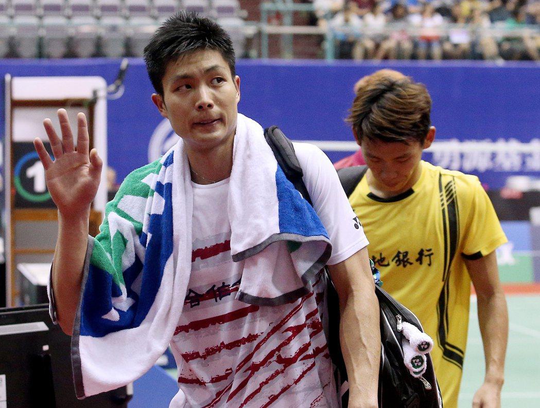 我國好手周天成(左)以21比16、21比15擊敗對手林祐賢(右)闖進準決賽,賽後...