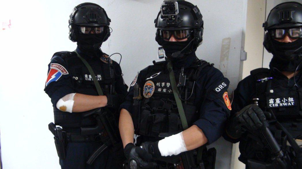 霹靂小組持盾牌破門時,許嫌立即連開3槍抵抗,霹靂小組警員立刻用MP5連開9槍反擊...