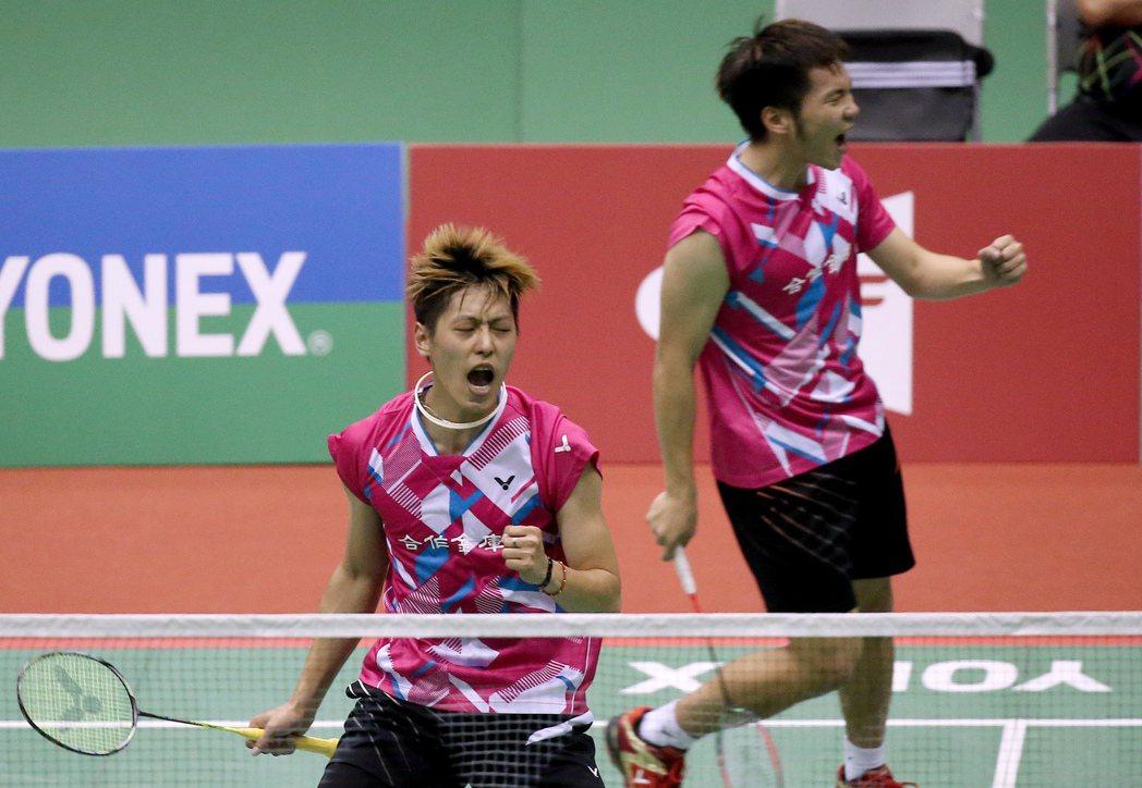 我國好手李哲輝(左)與李洋(右)在男子雙打中擊敗南韓組合,兩人在取得關鍵分時握拳...