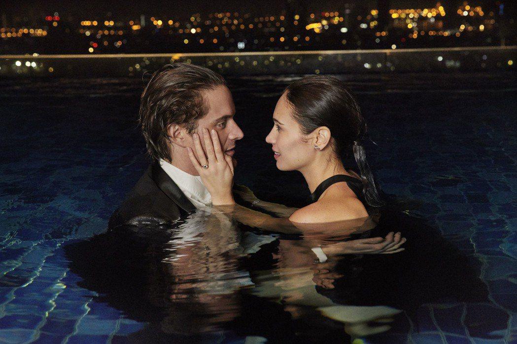 卡地亞婚戒系列微電影《The Pool》,男主教濕身求婚。圖/卡地亞提供
