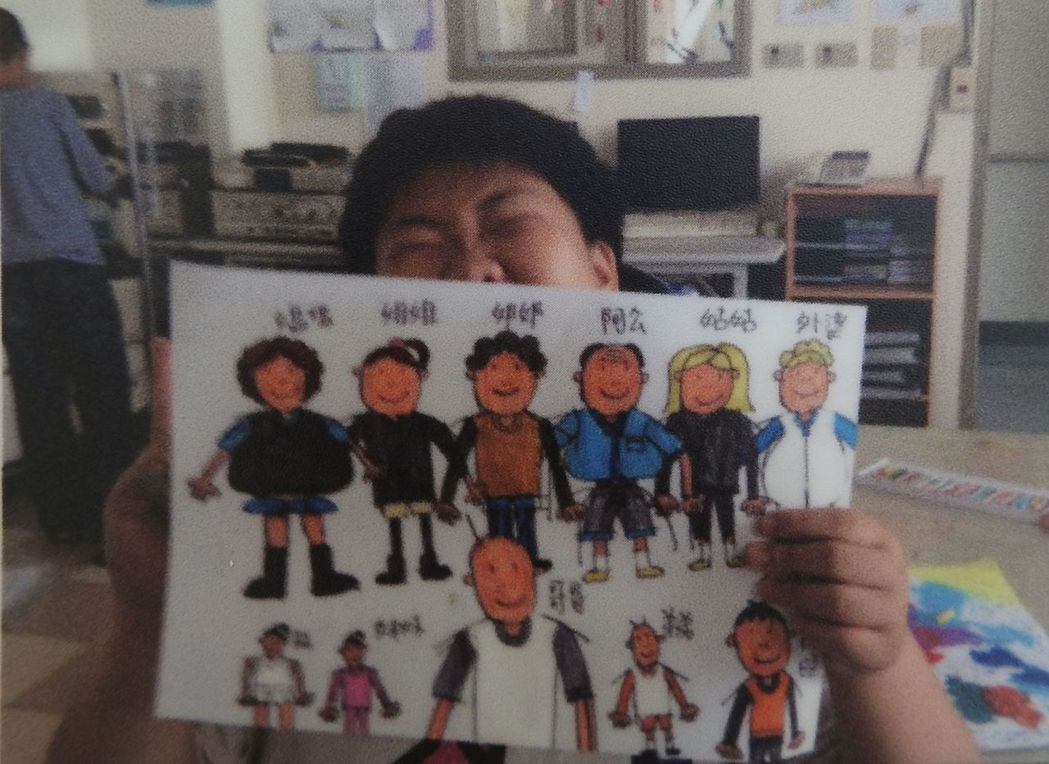 炫寬院友汶汶罹患自閉症和情緒障礙,筆下每張圖都是家族卻是源自對家庭的想望。圖/炫...