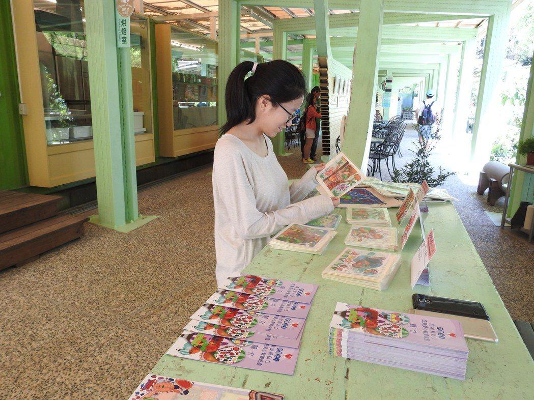 炫寬院友作品在桃米紙教堂展出,並辦義賣籌募新建院舍經費。記者賴香珊/攝影