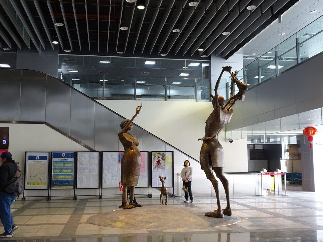 屏東火車站每日進出累計達2萬人次,未來商場特別規劃一鄉一特色物產館,同時將引進個...