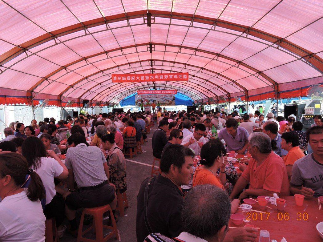 中壢區漁會慶祝漁民節席開百桌獎品多。