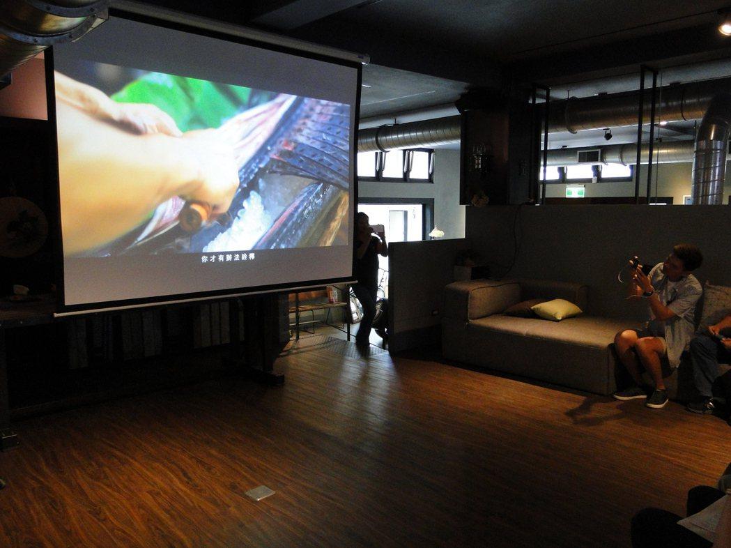 「豐部落.玩到底」記者會中放映微電影《七天》,擔任男主角的人氣部落客許傑也在角落...