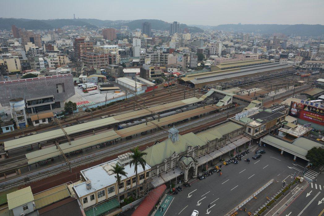 新竹市議會國民黨團擔心新竹大車站平台計畫改變古蹟新車火車站的天際線,加速舊城區沒...