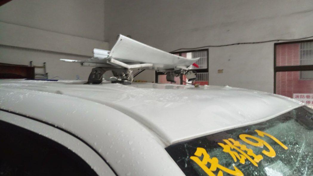 狂風暴雨吹來的帆布屋頂,砸毀救護車上方的警示燈。記者卜敏正/攝影