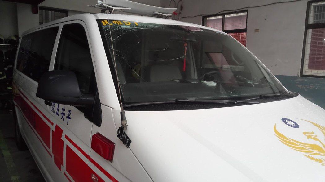 狂風暴雨吹來的帆布屋頂,將救護車上方的警示燈砸毀。記者卜敏正/攝影