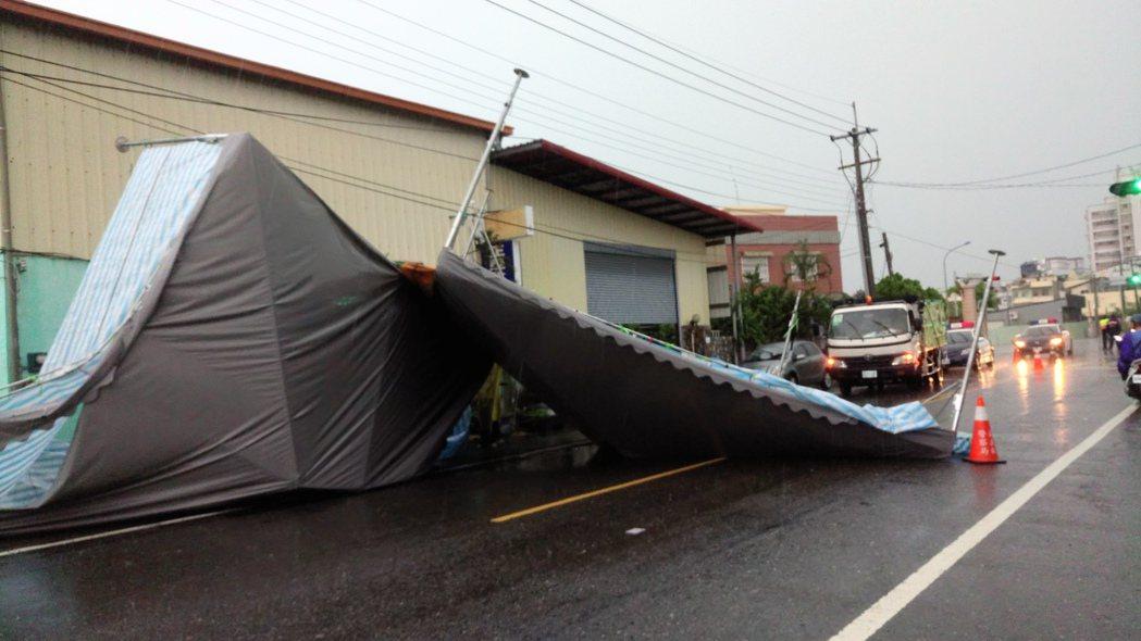 狂風暴雨吹來的帆布屋頂,擋住了民雄安和路。 記者卜敏正/攝影