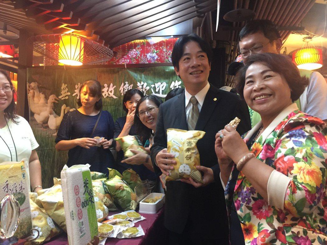 台南市長賴清德(右3)、議長賴美惠(右1)等人,相招逛後壁特色商品展。記者唐秀麗...