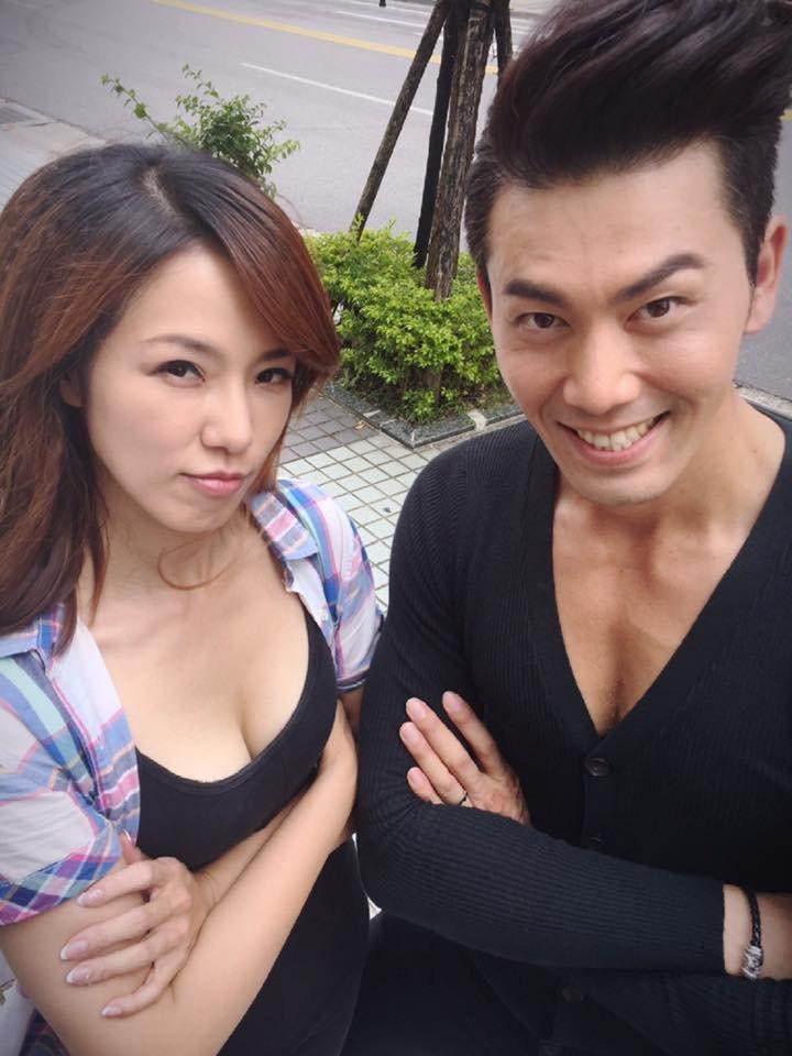 黃瑄(左)、余秉諺拍戲空檔搞笑比事業線。圖/民視提供
