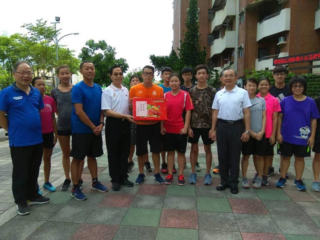 今年聽障奧運游泳競賽我國有6名選手達參賽標準,體育署副署長王水文(左五)代表致贈...
